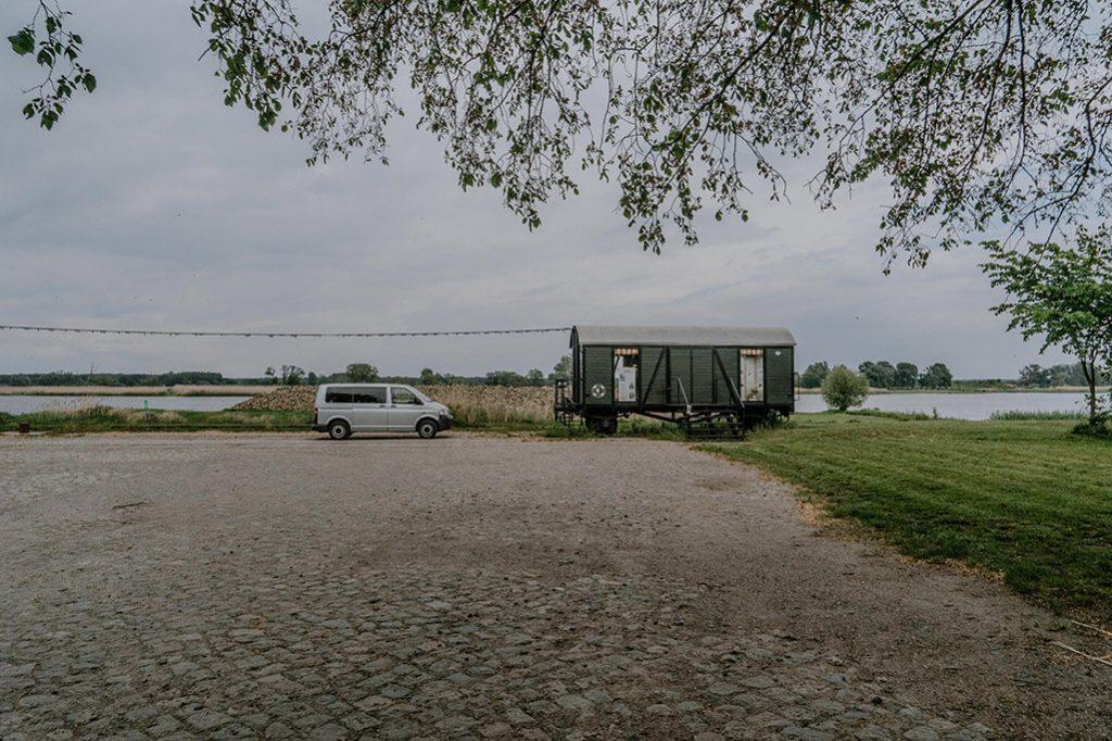 VW Bus am Kulturhafen Groß Neuendorf im Oderbruch