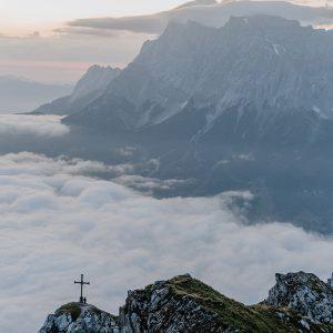 Sonnenaufgang üer den Bergen in der Tiroler Zugspitz Arena