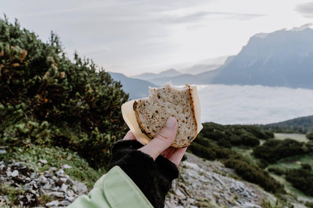 Brot mit Käse beim Wandern
