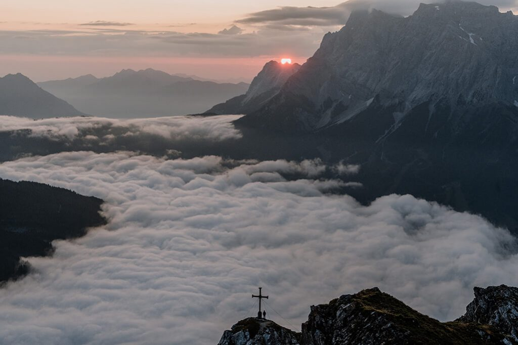 Sonnenaufgang über der Zugspitze in der Tiroler Zugspitz Arena