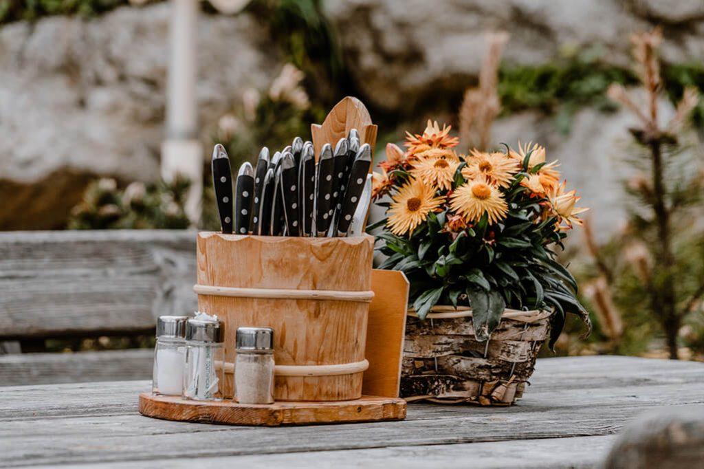 Besteck und Pflanzen als Tischdeko auf der Wolfratshauser Hütte
