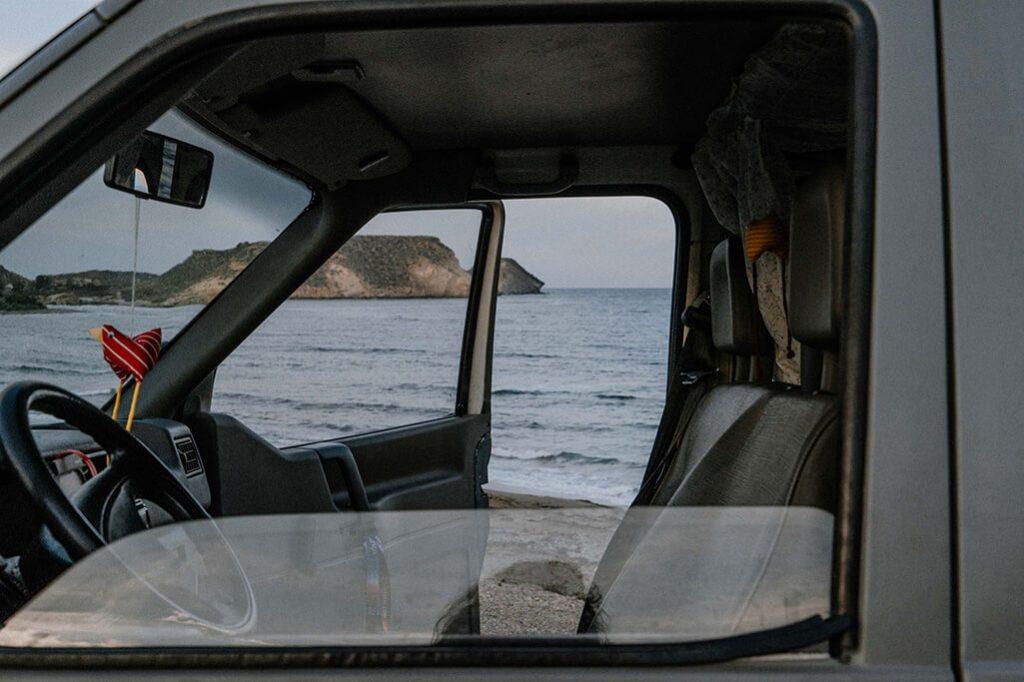 Blick aus VW T4 auf Meer in Spanien