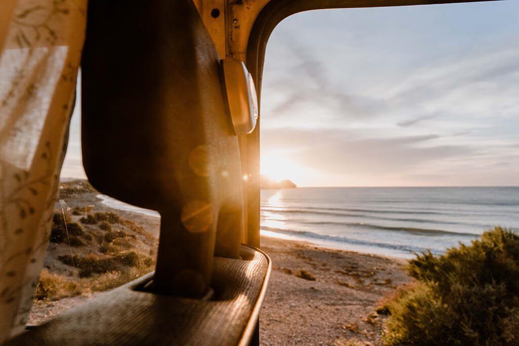Campervan Sonnenaufgang am Meer