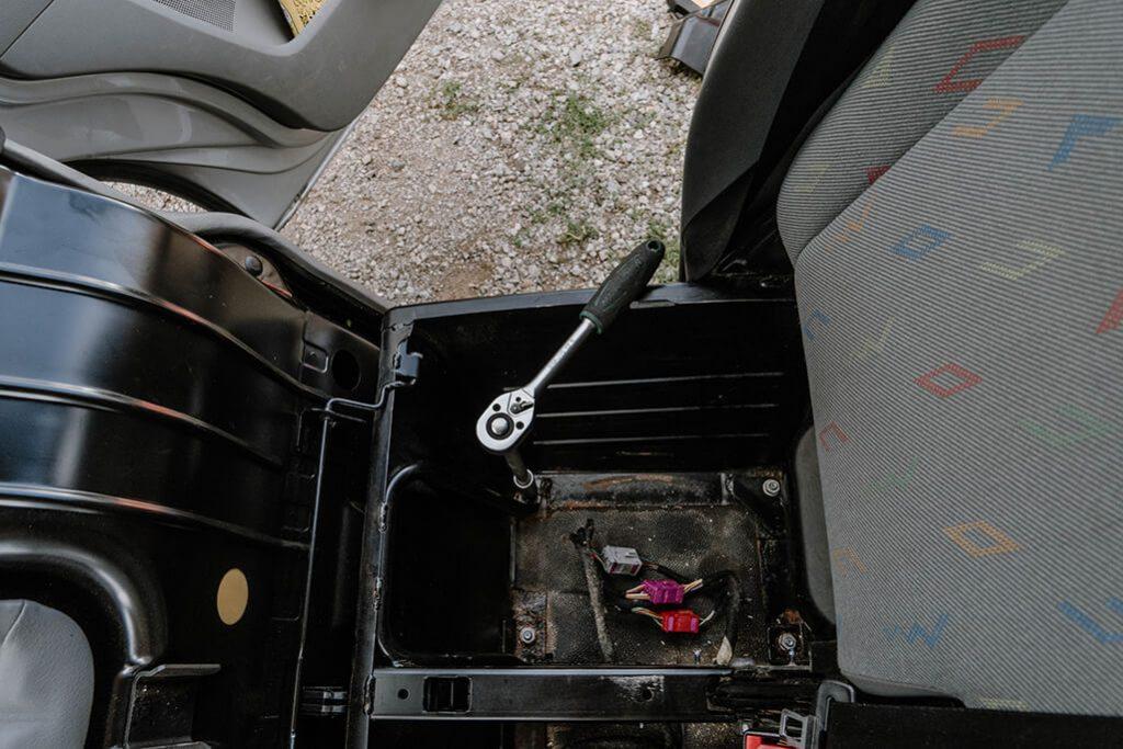 VW T5 Ausbau Doppelsitzbank Werkzeug