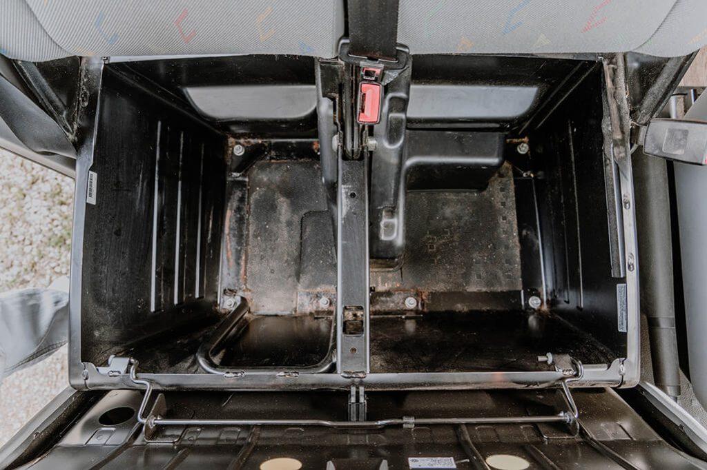 Blick ins Innere der Doppelsitzbank vom VW Bus