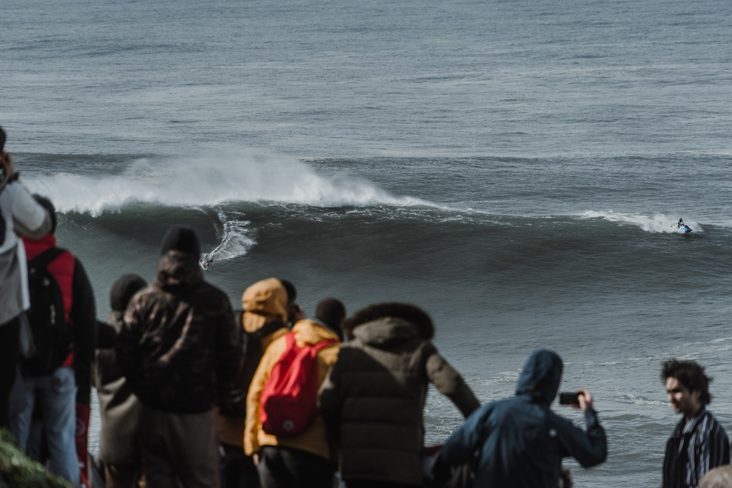 Nazare Big Wave Surfer in Aktion