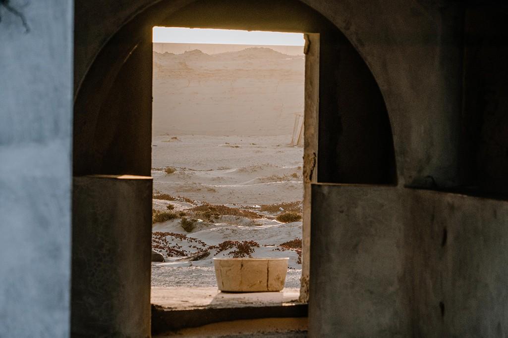 Blick aus einem verlassenen Gebäude in Mauretanien