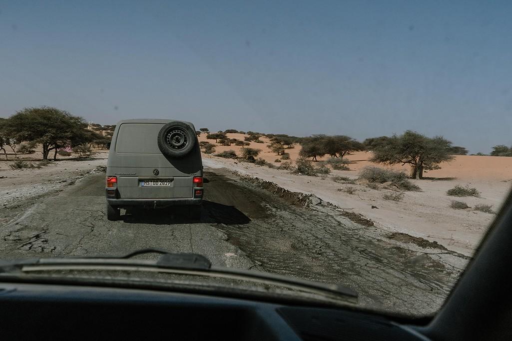 Schlagloch auf Straße in Mauretanien