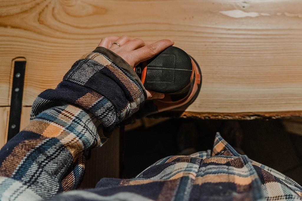 schleifen der Arbeitsplatte für die Küchenzeile im Camper