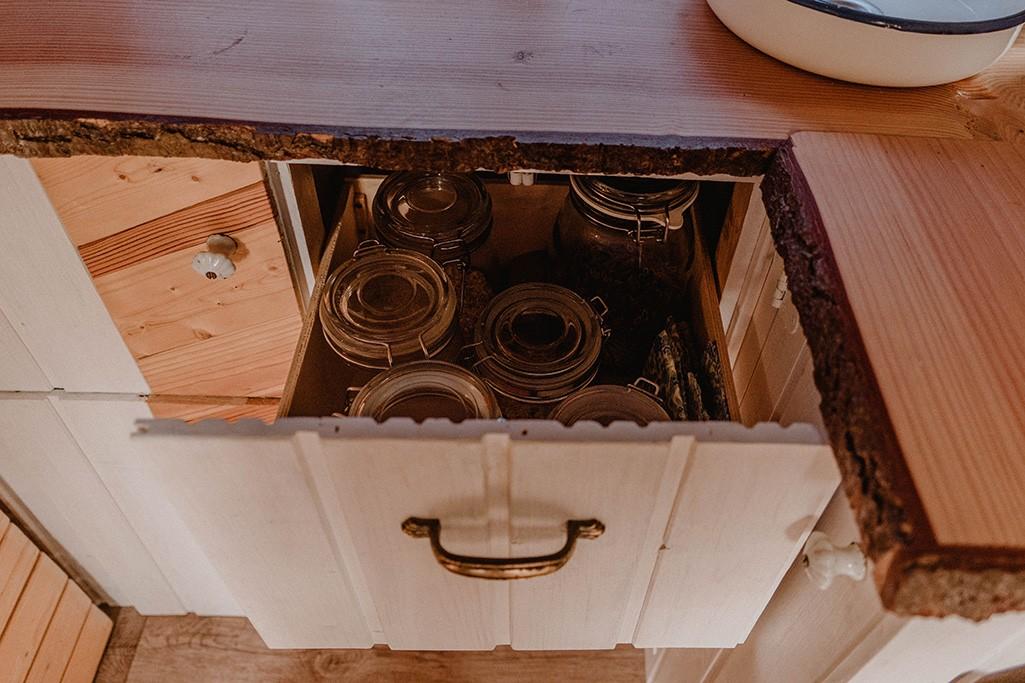 Schub in Küche von VW Camper mit Trockenlebensmitteln