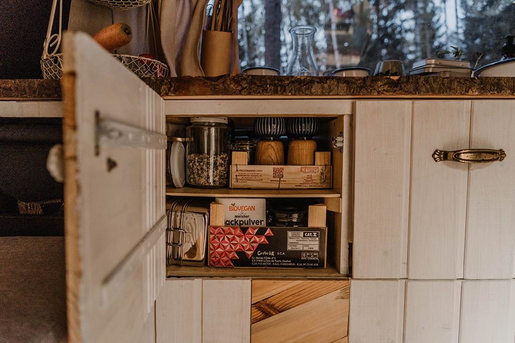 offene Schranktür der Küche im VW T5