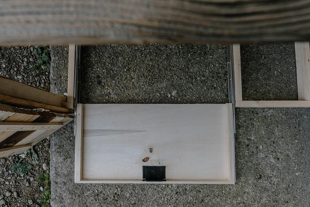 ausgefahrene Schublade für Kühlbox in Campingküche