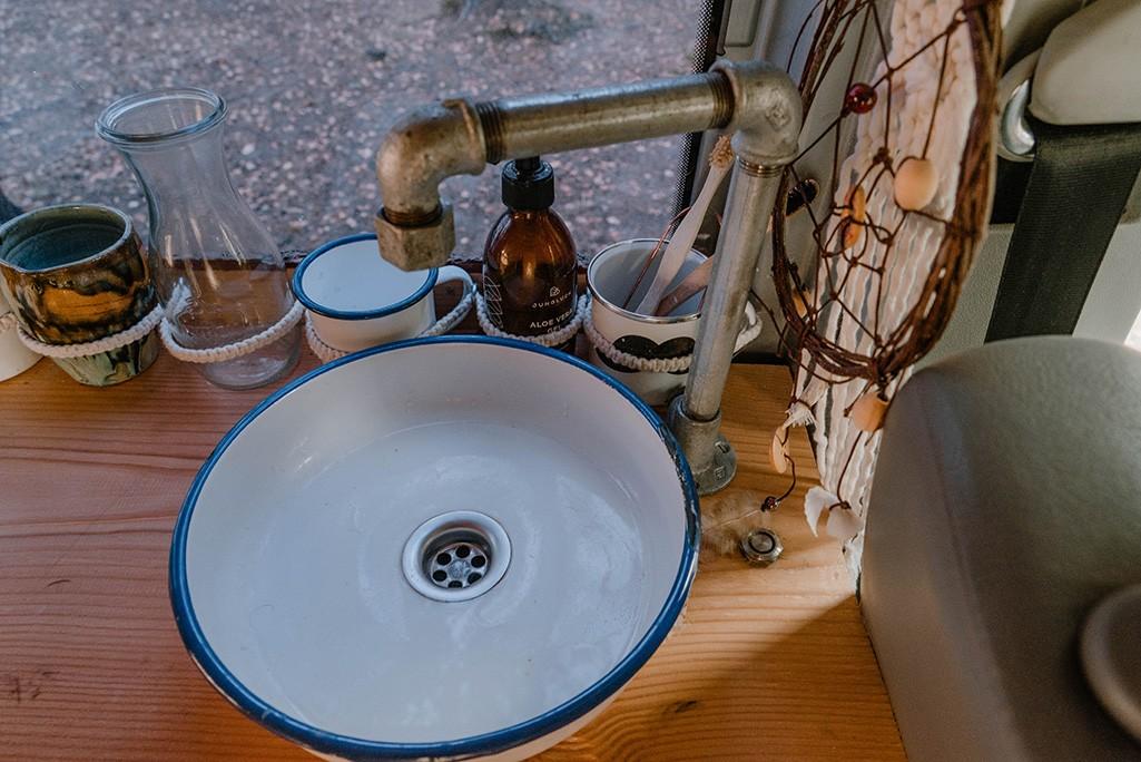 Waschbecken und Wasserhahn Selbstbau Küchenblock VW T5