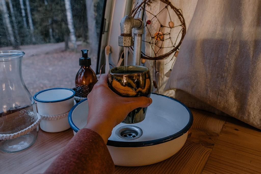 Wasser zapfen in Selbstbau-Küche in VW Camper