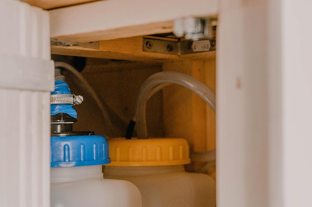 Anschluss Wasserkanister in Selbstbau Küchenzeile VW Camper