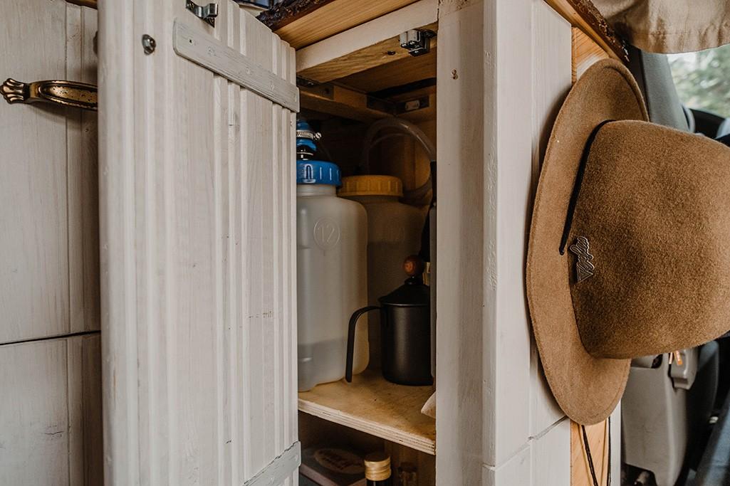 Wasserkanister in Selbstbau-Küche in VW T5