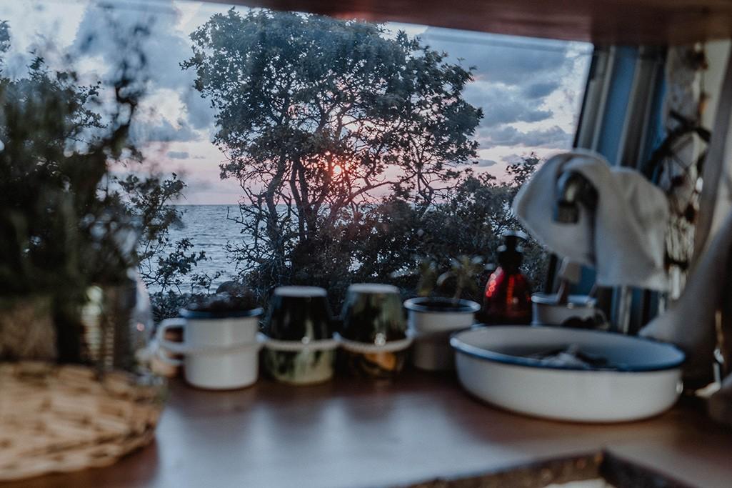 Blick aus Küche von VW T5 Camper auf das Meer