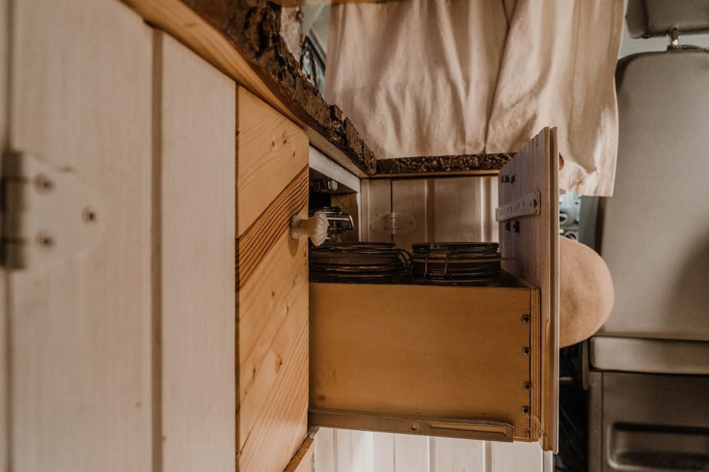 Schubfach einer selbstgebauten Küche für den VW T5 Transporter