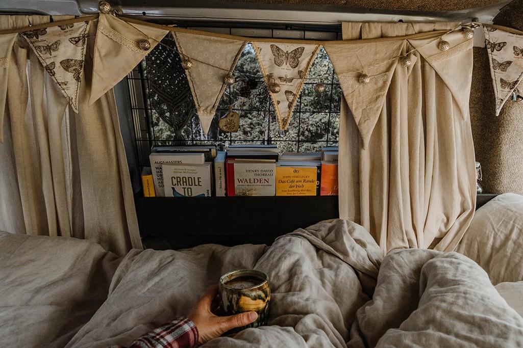 Bibliothek im Camper - nachhaltige Geschenke für's Vanlife