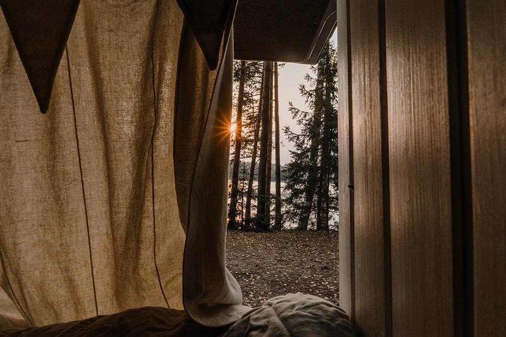 Vorhangstoff an Heckklappe Camper mit Aussicht auf See