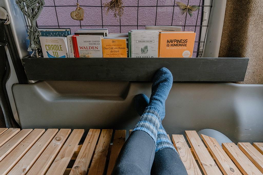 selbstgebautes Bücherregal in VW Camper