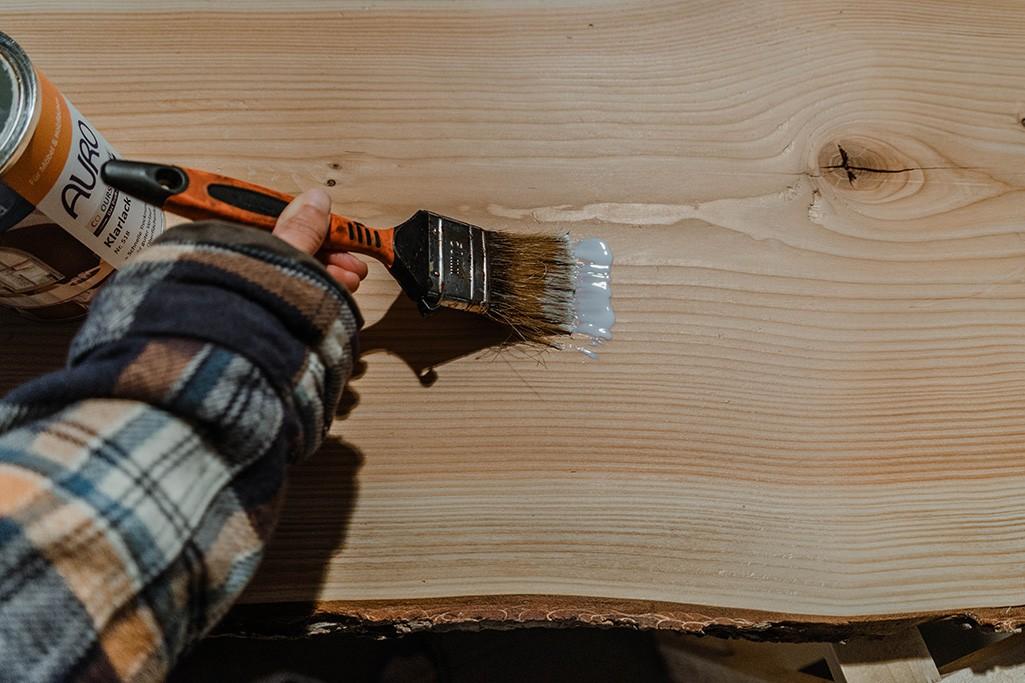 Holzregal für Camper wird lackiert
