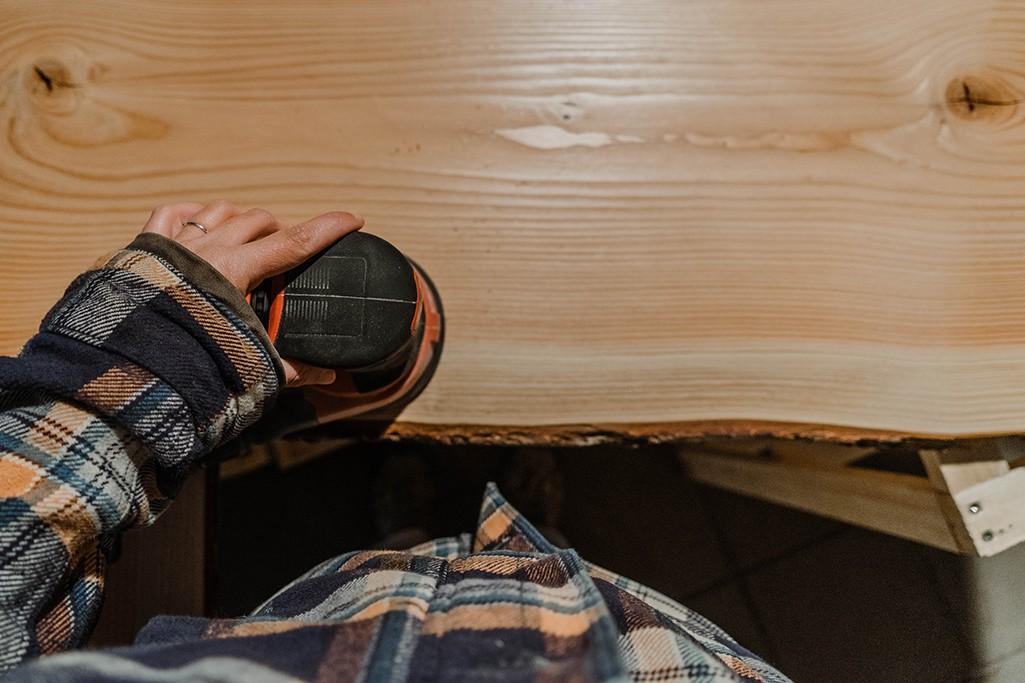 Regal aus Holz für Camper wird geschliffen