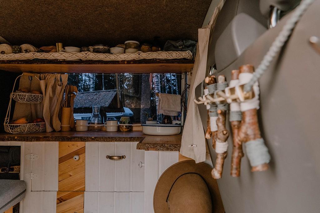 Küche und Regal in VW T5 Camper mit Blick durch das Fenster nach draußen